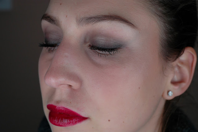 Tragebild Loose Face Powder, Smokey Eye Pencil und Lipgloss in Roaring Red aus essence all that greys trend edition