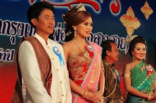 Half Man Half Biscuit bandnaam idee - Vader-dochter verkiezin Thailand