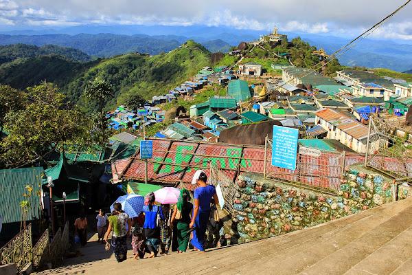 Pueblo Kyaikto en la montana Kyaiktiyo - Myanmar