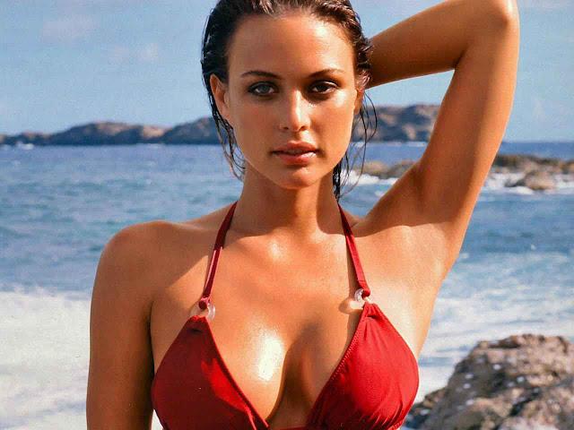 Model Josie Maran - Sexy in red bikini