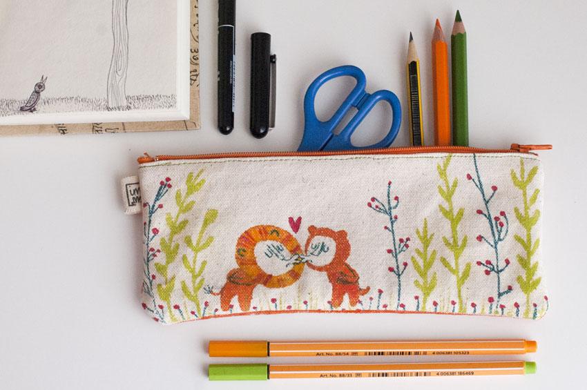 Estoig lleons fet amb tela pintada a mà. ©Imma Mestre Cunillera