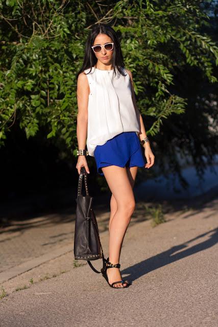 Skorts azul klein y blusa de tachuelas