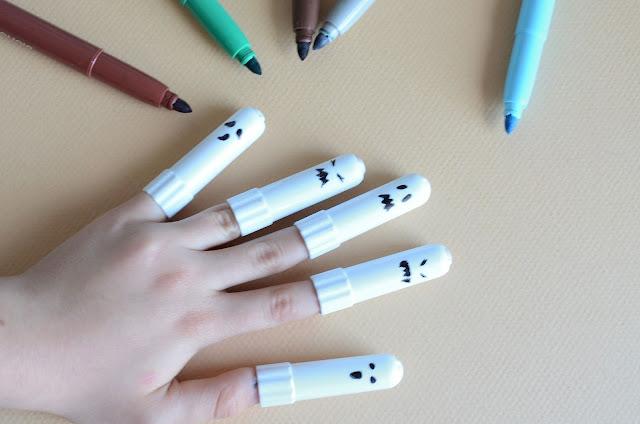 tutorial di halloween da fare con i bambini, per realizzare piccoli fantasmi con i tappi dei pennarelli