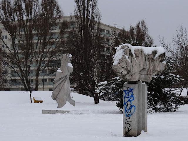 Rzeźby na osiedlu Ostrobramska