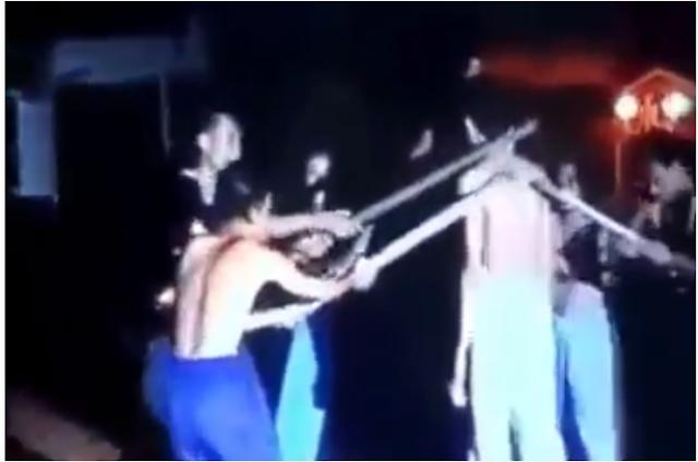 فيديو| ساحر يتحدى أي شخص أن يطعنه فتحداه مسلم.. فكانت المفاجأة !