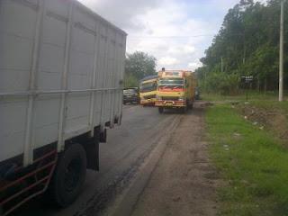 Truk Batu Bara Patah As, Jalan Prabu – Palembang Macet