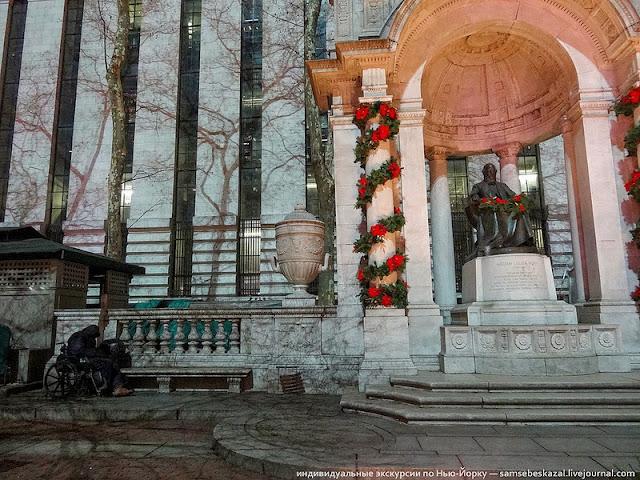 Бездомный спящий на задворках рождественской ярмарки