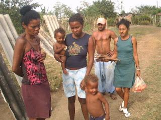 Siguen los desalojos en Cuba socialista: Viviendas reducidas a escombros en Bayamo  Una+de+las+familias+que+quedaron+al+desamparo+en+Bayamo+PICT0267