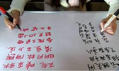 Wanita Ini Bisa Menulis 2 Bahasa Dengan Kedua Tangannya