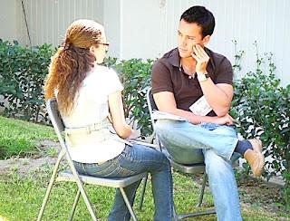dos personas platicando, dos novios, novios, enamorados, sin palabras, pensativo, no se de que hablar, me quedé callado, pensando que le digo, novios enojados, pareja enojada, un hombre y una muchacha sentados, un muchacho y una muchacha sentados, sentados en dos sillas, sentados en el jardín, en el jardin, tomando aire freso, en el patio de la casa, two people talking, two lovers, boyfriends, lovers, without words, pensive, not to talk about, I kept quiet, thinking that I say, angry boyfriends, couples angry, a man and a girl sitting, a boy and a girl sitting sitting on two chairs, sitting in the garden, in the garden, taking fresh air, in the backyard