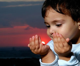 anak sedang berdo'a