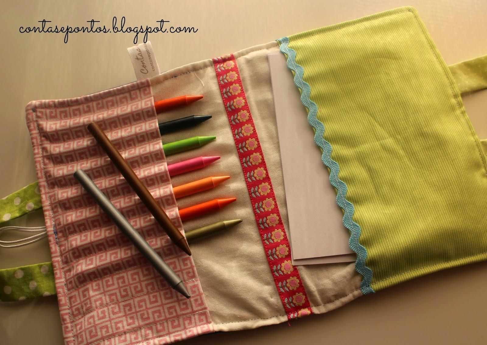 Mala de atividades para criança com lápis de cera em tecido