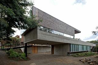 fachada de madera en casa de campo