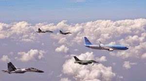 Pesawat tempur TNI AU mengawal pesawat kepresidenan RI, saat HUT TNI ke-69, di Surabaya. Untuk menguatkan sektor maritim, industri penerbangan menjadi vital. (Foto: Akun Twitter SBY)