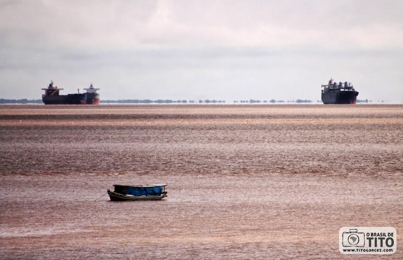 Rio Amazonas e navios cargueiros vistos a partir de baluarte da Fortaleza de São José de Macapá, no Amapá