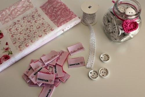 Etiquetas bordadas contas e pontos By lovely Stitches