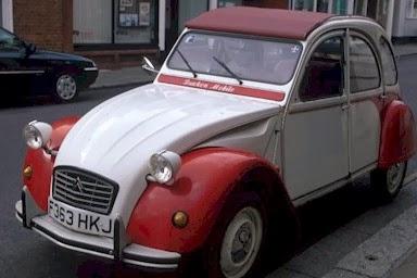 imagen de un coche viejo recien pintado