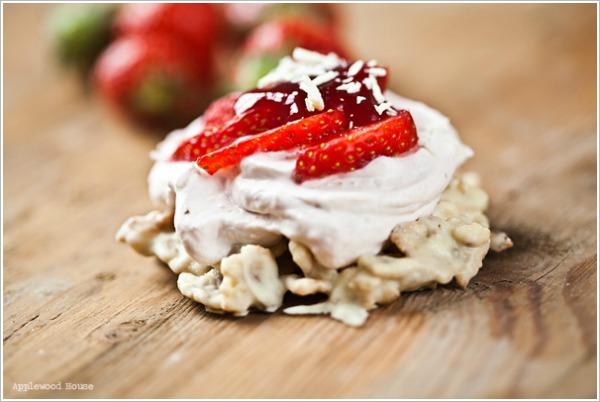 Erdbeertörtchen mit Schokocrossieboden aus weißer Schokolade