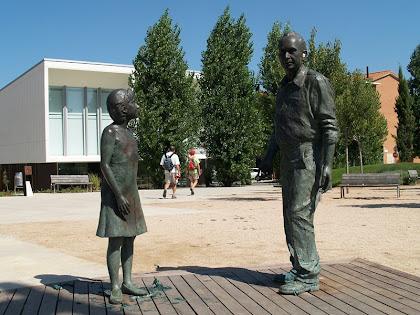 Escultura Avi i neta a la Plaça dels Països Catalans
