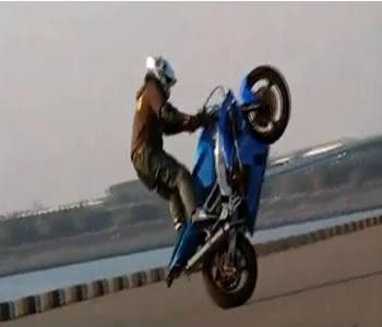 piloto solo empinando moto