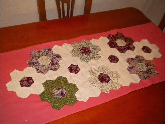 Camino de mesa de hexagonos patchwork el blog de margarita - Camino mesa patchwork ...