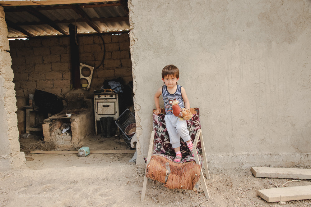 Usbekischer Junge auf einem alten Stuhl