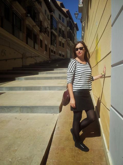 Falda de polipiel de ICHI, camiseta de rayas de stradivarius y zapatillas de plataforma NO NAME