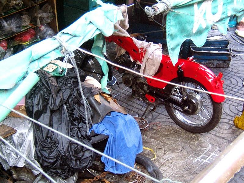 Restaurando motos en Bangkok