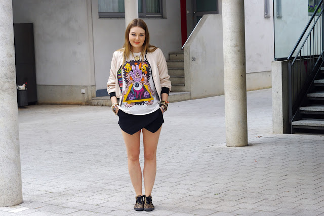Karma, peace print, shirt, top, H&M, Zara, black skorts, paisley vans, beste deutsche Modeblogger, german fashion blogger, hamburg, jewelry, fatima hand, peace finger shirt, lion necklace, bracelets, snake, triangle, hipster, cross, bijou brigitte, CUBUS