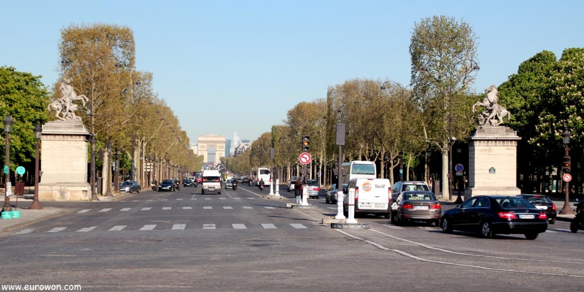 Avenida de los Campos Elíseos con el Arco del Triunfo al fondo