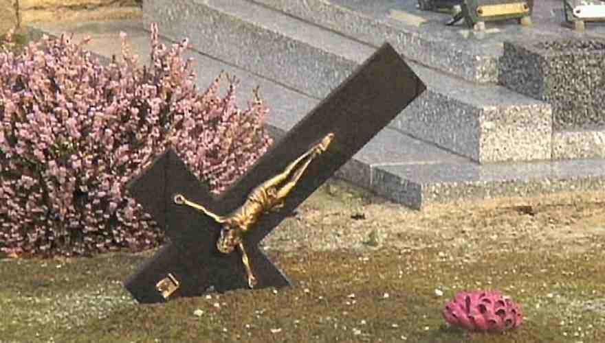 Βάνδαλοι στην Γαλλία βεβηλώνουν Χριστιανικά νεκροταφεία