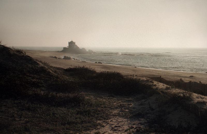 Vista sobre a capela, a partir das duna com vegeração rasteira. Atmosfera com alguma neblina