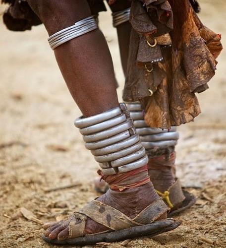 Tribu en Etiopía - pesada joyería en acero