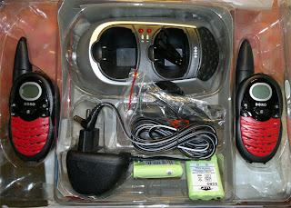 2st radio som man pratar med varandra med. BATTERIERNA som syns på bilderna är KAPUTT. Nya batterier behövs!!