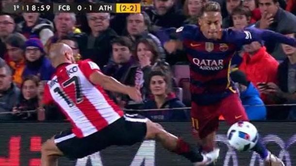 Mikel Rico propinó una fuerte patada a Neymar en la espinilla