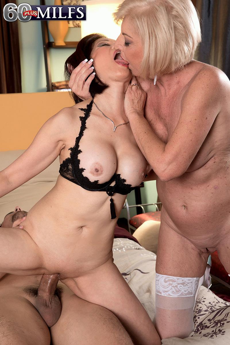 naked girls lieing doing sex