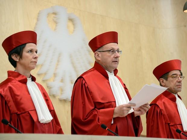 Gabriele Britz, Ferdinand Kirchhof e Reinhard Gaier, juízes do Senado, antes de anunciar a decisão no Tribunal Constitucional Federal (Foto: AFP PHOTO / ULI DECK GERMANY OUT)