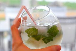 verre de virgin mojito sans alcool avec paille dans les mains