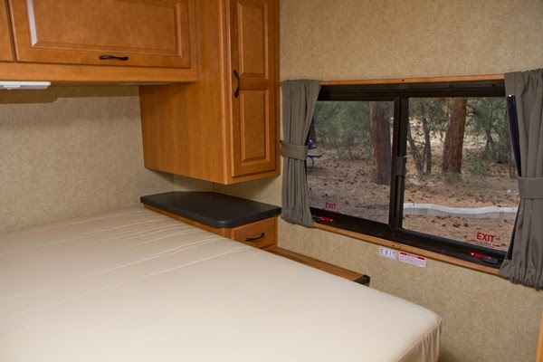 Fast seng bagerst i C30 motorhome fra Cruise Canada / Cruise America.