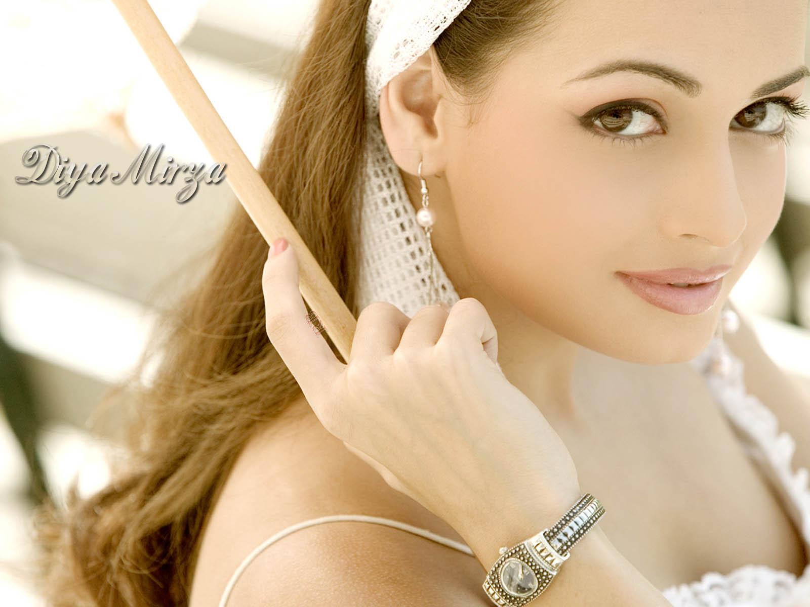 http://1.bp.blogspot.com/-uijVWFAUG_c/TeASPaePcEI/AAAAAAAAA4Q/ecNUv4x3Wk4/s1600/diya_mirza-48.jpg