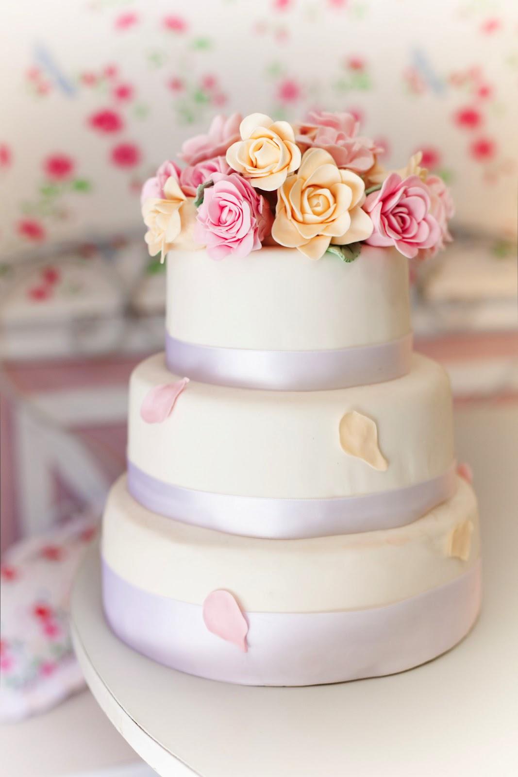 Romántica primero de la torta de boda en romance Momento de la Vida