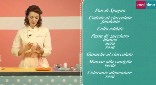 L'idea del coniglietto push-up arriva direttamente dalla Cake's Angel di Renato Arduino. Infatti è Elena a preparare questa simpatica delizia.