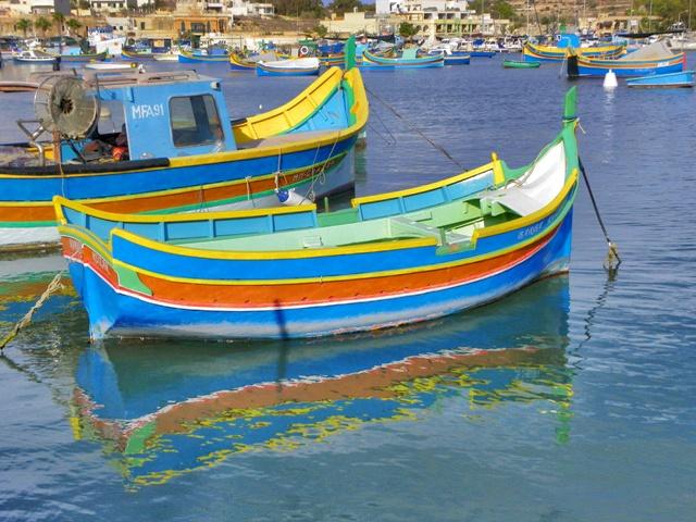 Luzzu en el pueblo pesquero de Marsaxlokk