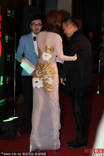 Artis Wanita Guna Dress Transparent Di Malam Anugerah China.
