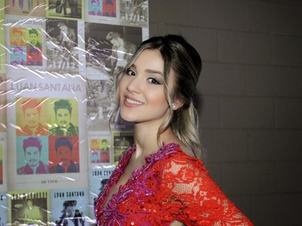 Bruna usou um vestido curtinho, decotado nas costas em show do irmão, Luan Santana