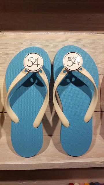 Modèle classique semelles bleus, lanières blanches et bijoux Studio 54, My Tatane, les tongs 100 % personnalisables, 100 % Made in France.