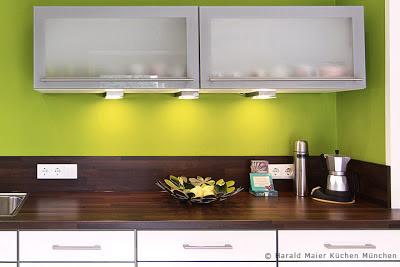 Ideen für kleine Küche, Wohnküche mit Essbereich, Essplatz, Farbgestaltung Küche, Glasfronten, Beleuchtung Küche