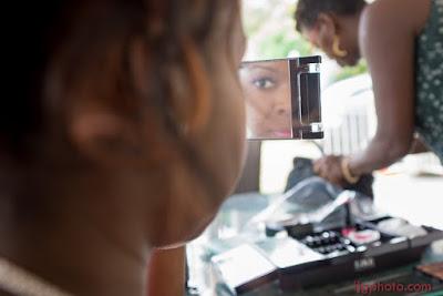 mariage en Guadeloupe, mariée vérifie son maquillage dans le mirroir