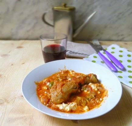 pollo con cipolle, feta, olive