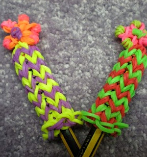 http://translate.googleusercontent.com/translate_c?depth=1&hl=es&rurl=translate.google.es&sl=en&tl=es&u=http://www.instructables.com/id/Rainbow-Loom-Flower-Pencil-Hugger/%3FALLSTEPS&usg=ALkJrhjceemSCebRHW12S0PmCwExmH8Slg